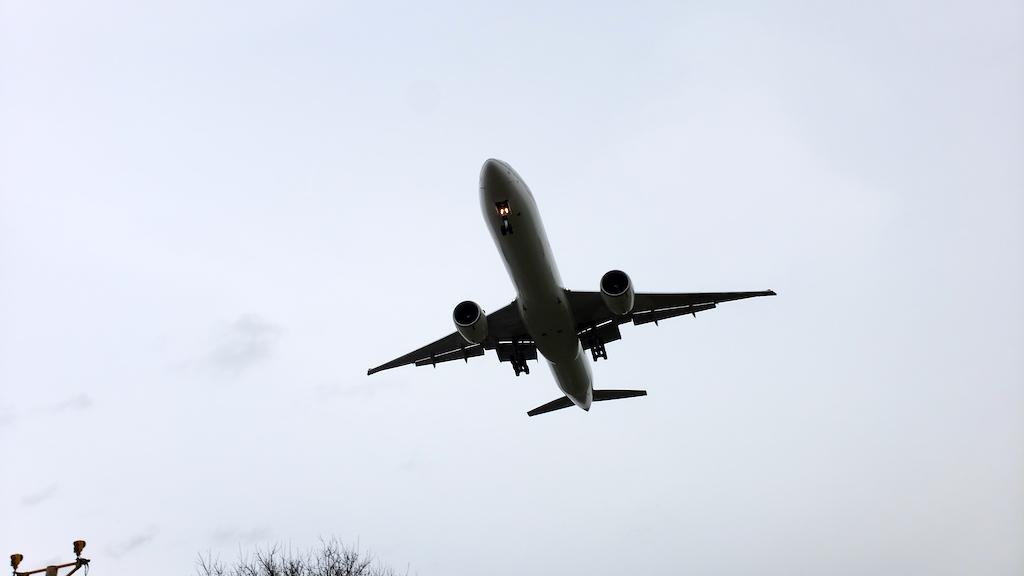 Why My Friends Hate Air Travel: Boeing 777-300ER Landing in Heathrow